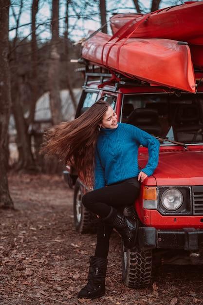 Красивая молодая женщина позирует на улице Бесплатные Фотографии