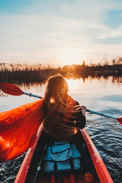 Женщина, держащая весло в каяке по реке Бесплатные Фотографии