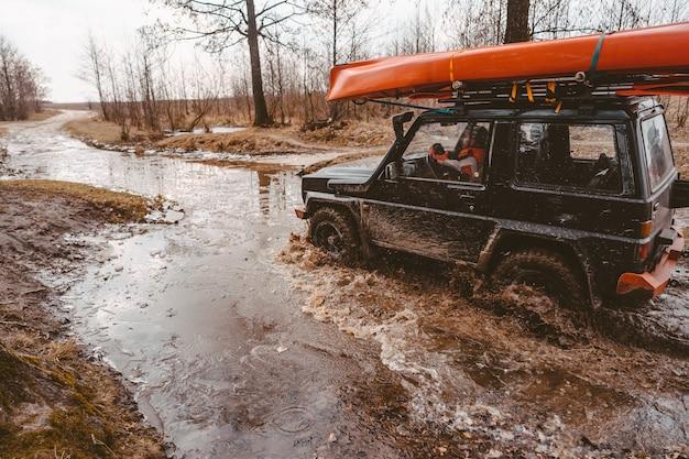 未舗装道路でのオフロード旅行 無料写真