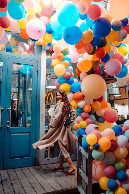 カラフルな風船を持つ女性 無料写真