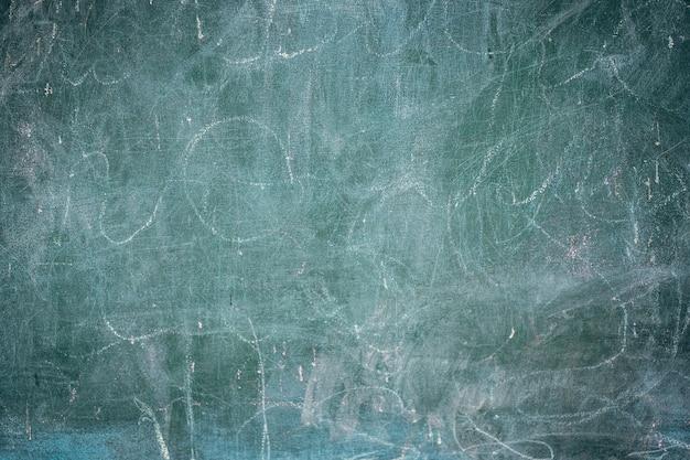 白いチョークの背景、グランジテクスチャと古い黒板のクローズアップ。 無料写真