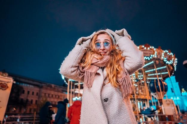 夜の通りの若い女性 無料写真