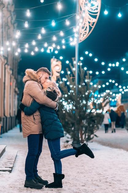 Открытый крупным планом портрет молодой красивой пары позирует на улице Бесплатные Фотографии