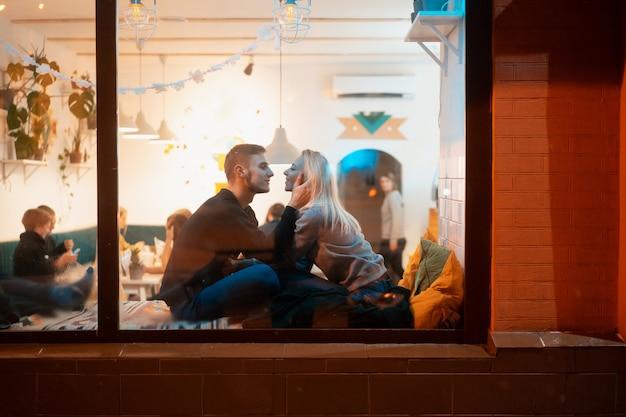 スタイリッシュなインテリアのカフェで若いカップル 無料写真