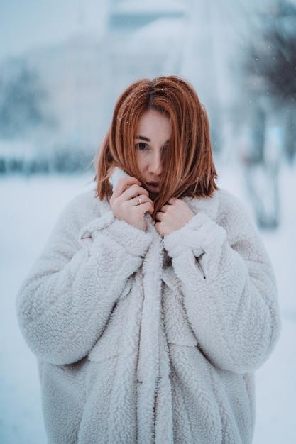 最初の雪の外の肖像画の女性モデル 無料写真