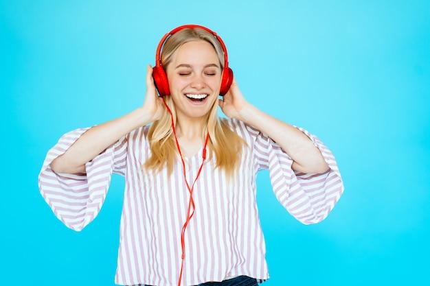 Танцующая женщина слушает музыку в наушниках Бесплатные Фотографии