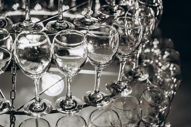 ワイングラスで作られた美しいシャンデリア 無料写真