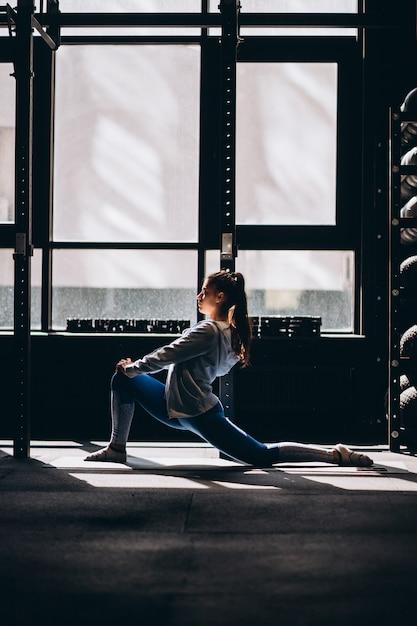 ヨガやピラティスの運動をしている魅力的な若い女性の肖像画 無料写真