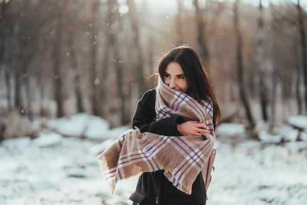 Молодая красивая модель позирует в зимнем лесу. стильный модный портрет Бесплатные Фотографии