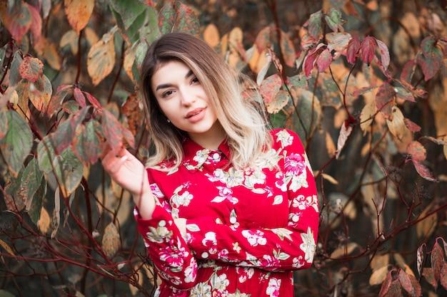 赤いドレスのポーズで美しい少女 Premium写真