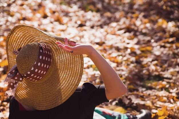 Прекрасная милая молодая женщина, проводить время в парке Premium Фотографии