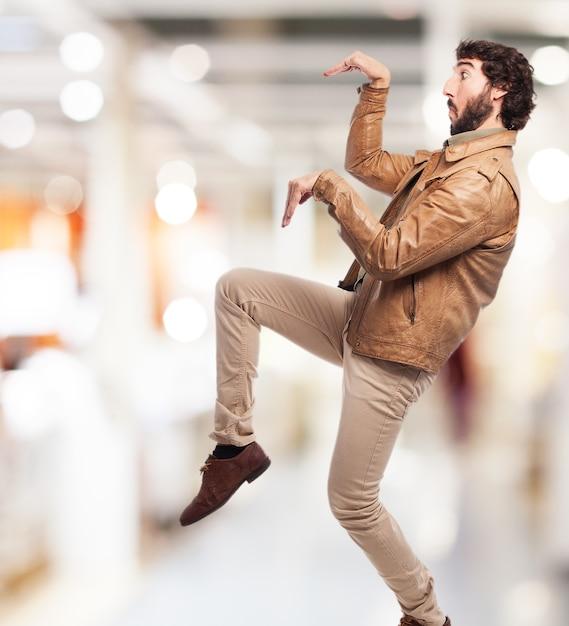 カマキリの姿勢をしている男 無料写真