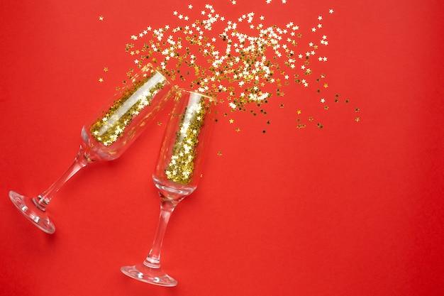 金色の星の紙吹雪、クリスマスと新年のコンセプトとシャンパングラス Premium写真