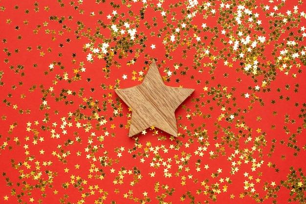 金色の星紙吹雪と木製の装飾スター Premium写真