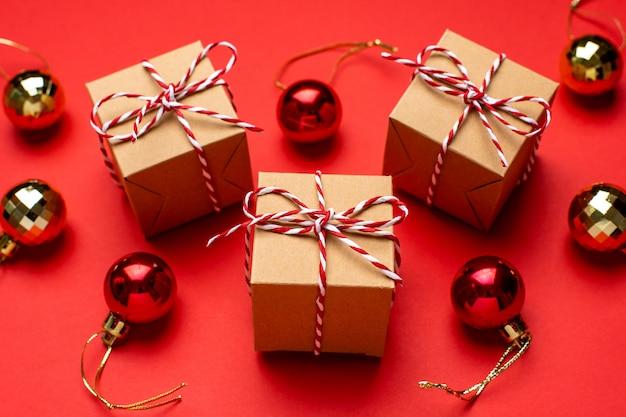 赤の背景色のギフトとクリスマスの装飾。 Premium写真
