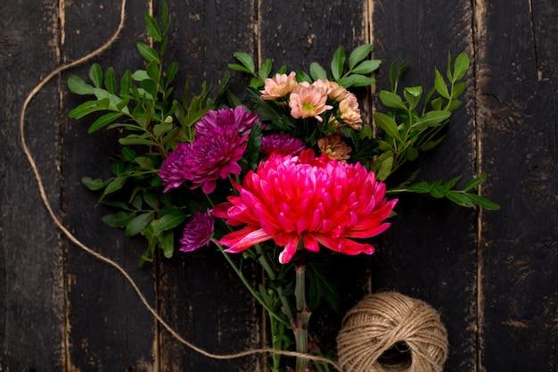 木の上の休日のための美しい花の花束 Premium写真