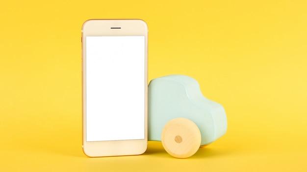 携帯電話と子供の青いおもちゃの車 Premium写真