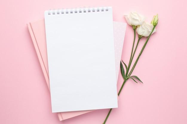美しい白い花とピンクのノート Premium写真