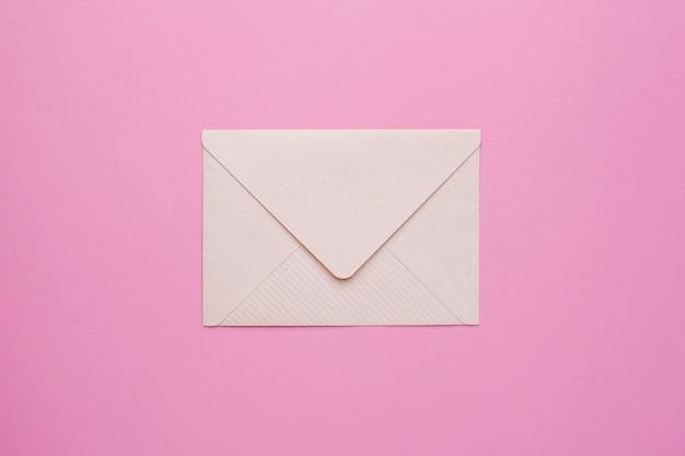 ピンクの封筒 Premium写真