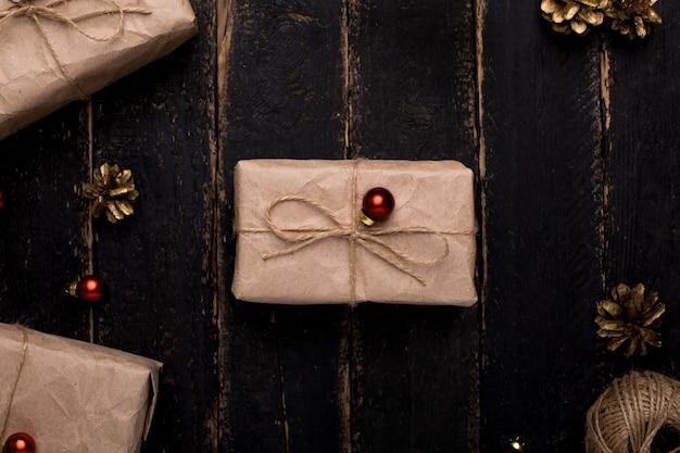 木の表面に新年装飾クリスマスプレゼント Premium写真
