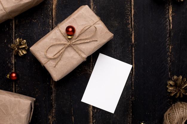 木の表面に新年装飾クリスマスのグリーティングカード Premium写真