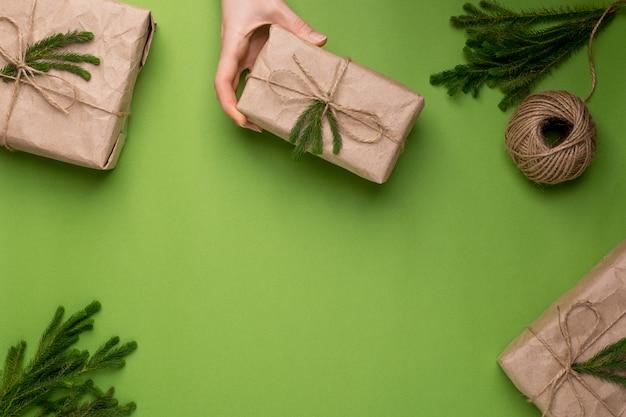 ペーパークラフトの緑の植物とエコギフトと緑の表面 Premium写真