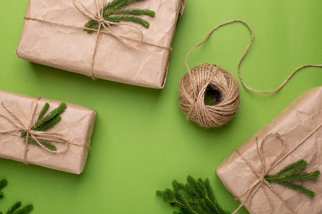 緑の表面にペーパークラフトの緑の植物とエコギフト Premium写真
