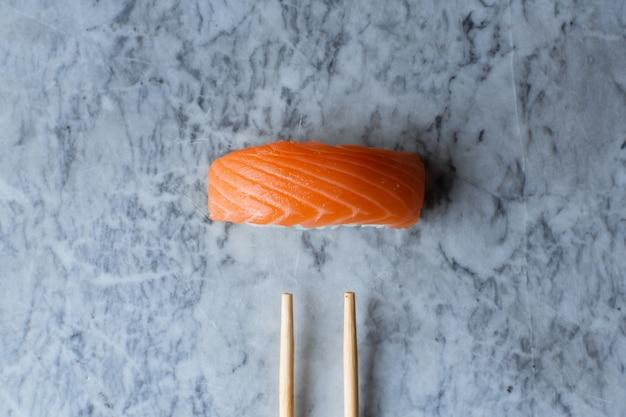 大理石の表面にサーモンの握り寿司 Premium写真