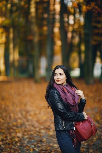 Брюнетка осенью фото, телка сосет у негра огромный