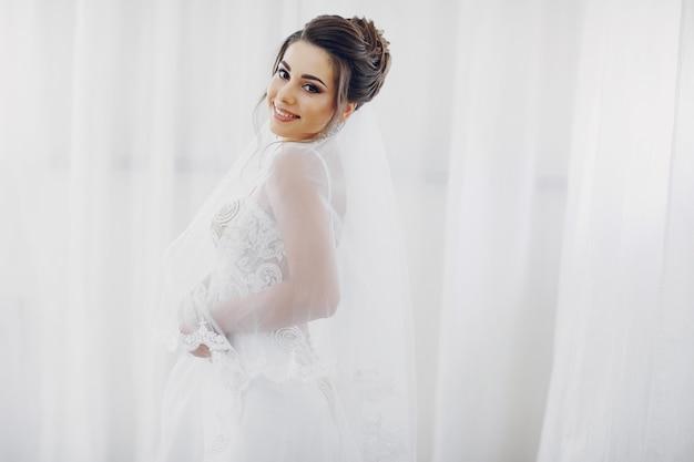 若い美しい花嫁が自宅で結婚式に行く 無料写真