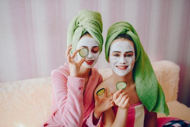 顔のマスクを持つ少女 無料写真