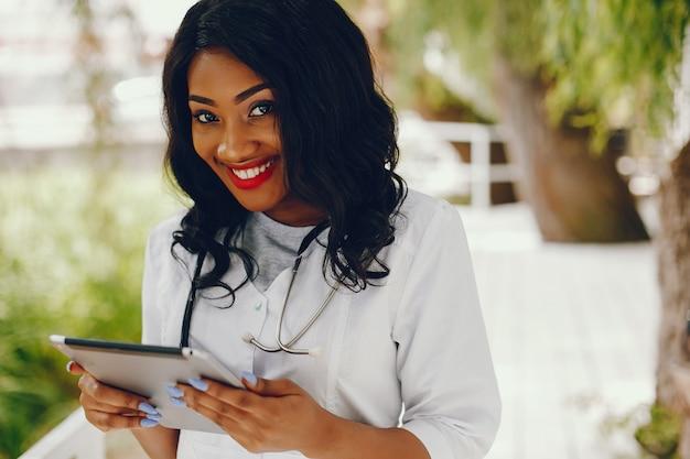 聴診器を持つ黒人女性 無料写真