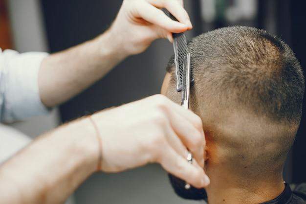 Мужчина режет волосы в парикмахерской Бесплатные Фотографии