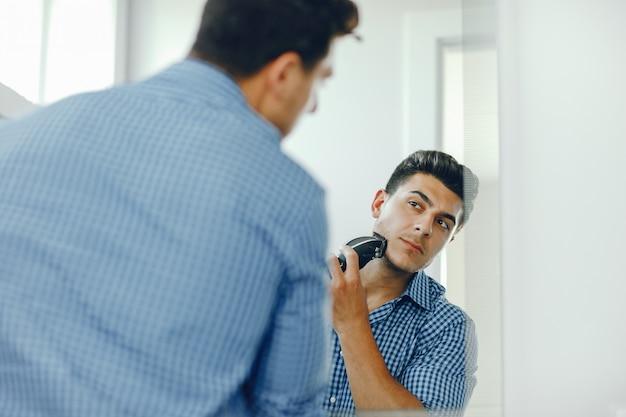 男は顔を剃っている 無料写真