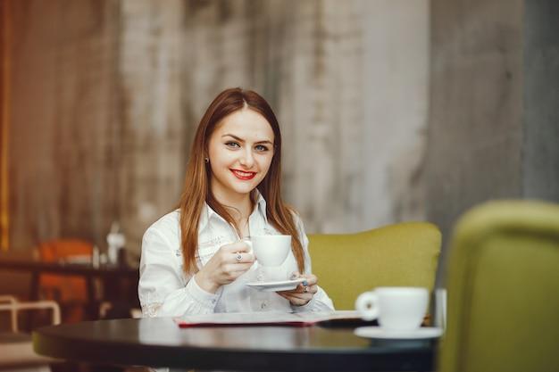 カフェに座っている美しい少女 無料写真