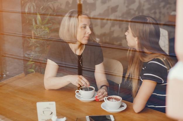 カフェで娘と母親 無料写真