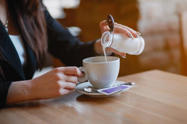 Женщина пьет кофе Бесплатные Фотографии