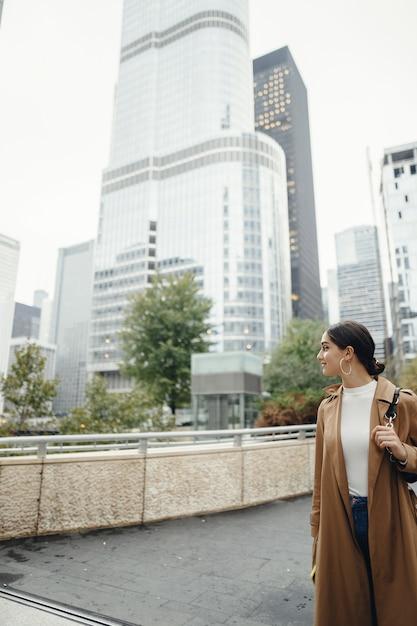 シカゴの街を歩く女性 無料写真