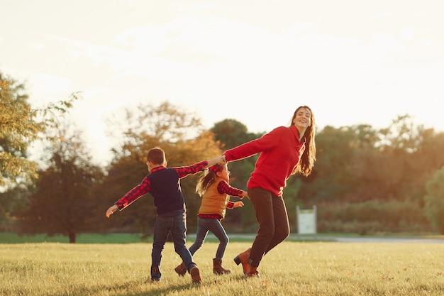 Красивая мама с маленькими детьми Бесплатные Фотографии