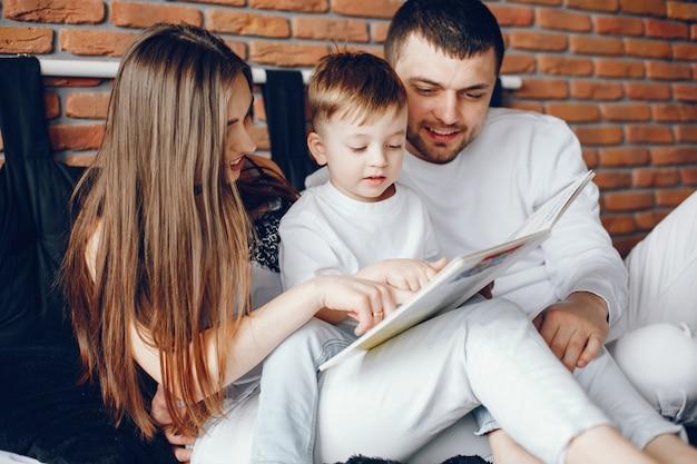 Семья сидит на кровати Бесплатные Фотографии