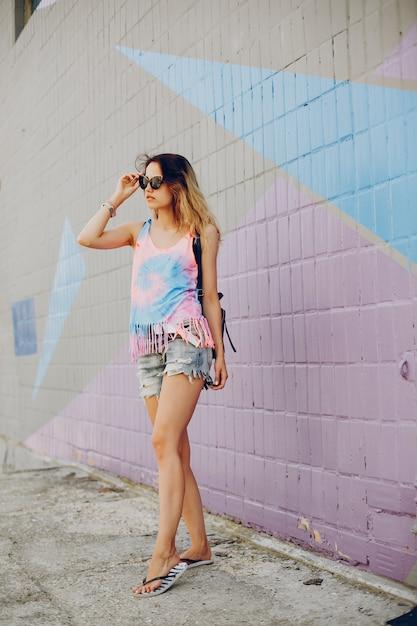 ウォーターフロントで歩く美しい少女 無料写真