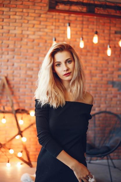 Красивая женщина в студии Бесплатные Фотографии