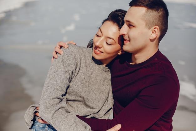 冬の公園でカップル 無料写真