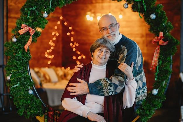 Элегантная старая пара празднует рождество Бесплатные Фотографии