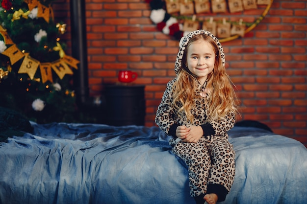 Маленькая девочка дома Бесплатные Фотографии
