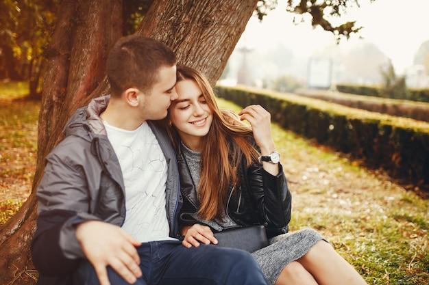 秋の公園でカップル 無料写真