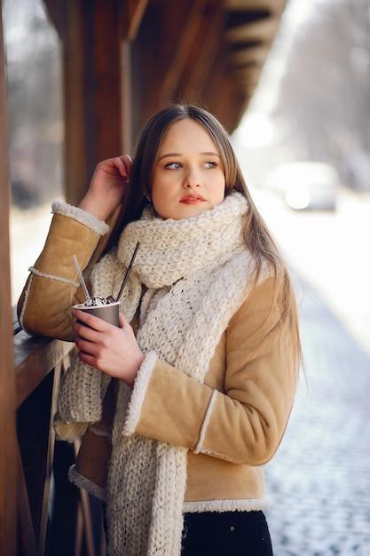 冬の街で幸せな女の子 無料写真