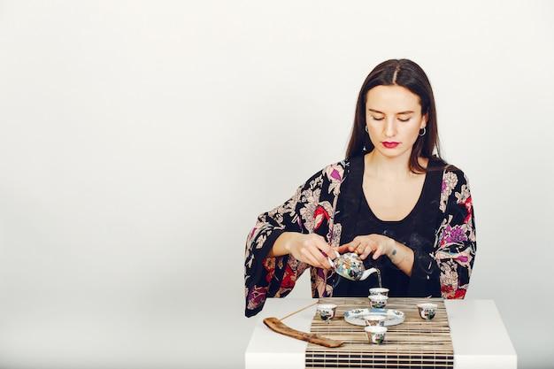 スタジオでお茶を飲む美少女 無料写真