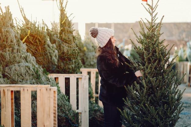 Симпатичная брюнетка в белом свитере с елкой Бесплатные Фотографии