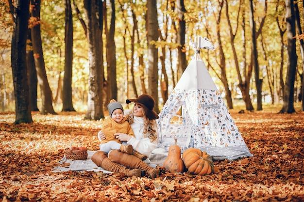 公園で美しく、スタイリッシュな家族 無料写真